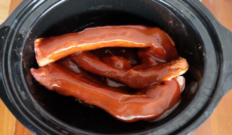 Salsa BBQ sulle costolette di maiale nella Slow Cooker