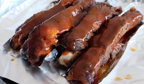 salsa BBQ sulle le costolette adagiate in una pirofila da forno