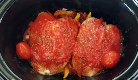 la salsa di pomodoro a coprire il pollo e le verdure