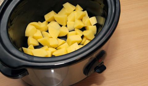 patate a cubetti disposti nella slow cooker
