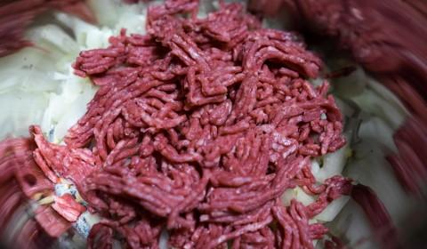 la carne macinata distribuita sopra la cipolla