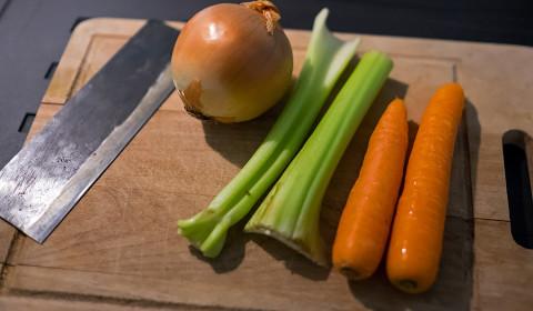 cipolla, sedano e carote sono la base di questa ricetta