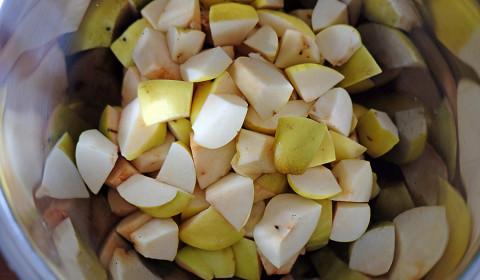 le mele cotogne tagliate a pezzi e disposte nella Slow Cooker