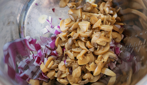 trito di cipolle e funghi champignon nella Slow Cooker