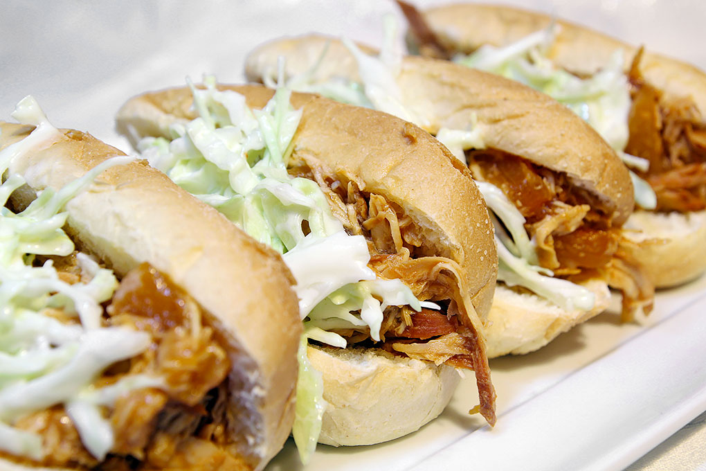 il pollo hawaiano in salsa bbq servito nel pane e accompagnato dal coleslaw