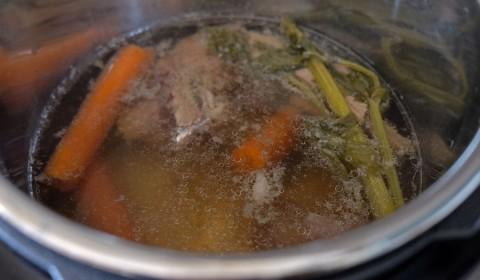brodo di carne in cottura nella Slow Cooker