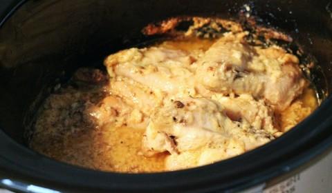Cottura delle alette di pollo con aglio e parmigiano cotte nella Slow Cooker