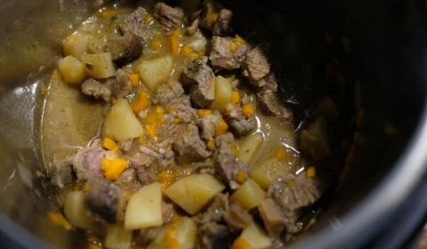 lo spezzatino con patate e funghi a fine cottura nella Slow Cooker
