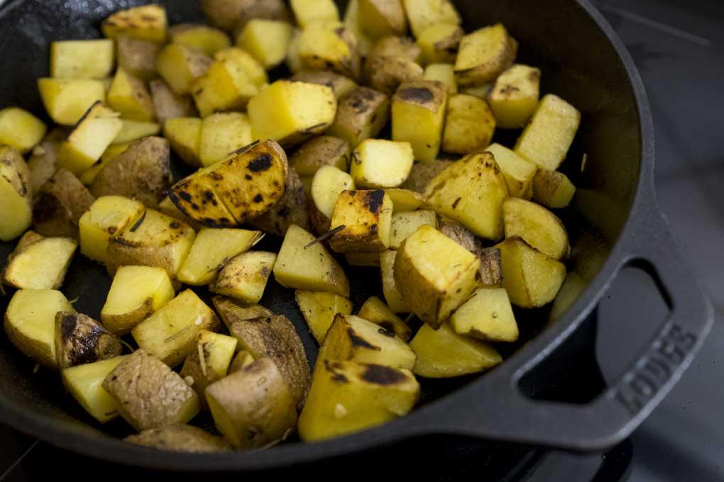 Ottenere una rosolatura perfetta delle patate in una padella di ghisa