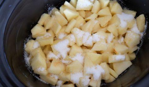 Mele e zucchero nel pentola Slow Cooker