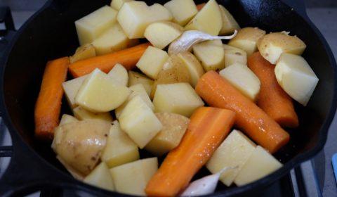 Patate e carote in padella di ghisa