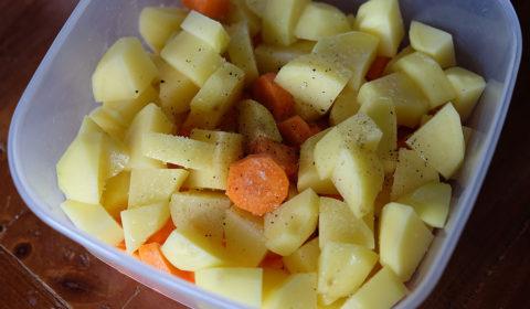 Patate e carote, olio, sale e pepe