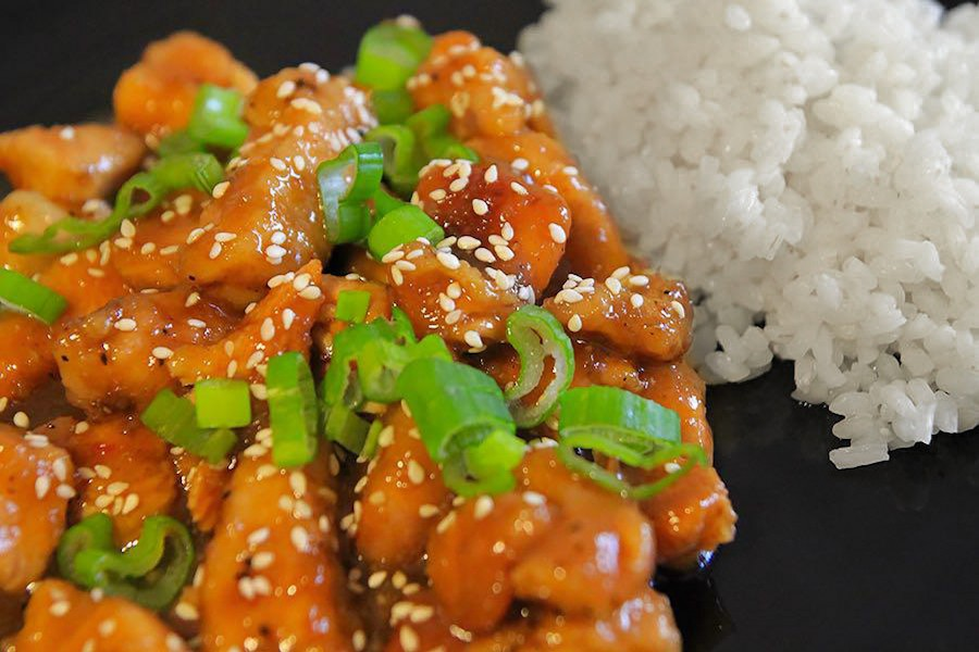 bocconcini di pollo cinese con cipolle verdi e semi di sesamo cotti nella Slow Cooker