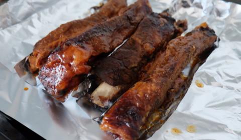 le costolette di maiale adagiate in una pirofila da forno
