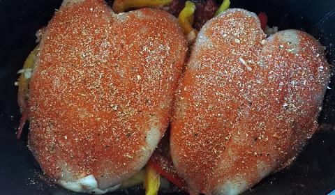 il pollo adagiato sulle verdure e coperto con il misto di spezie