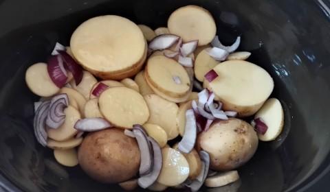 il fondo di cipolle e patate per il farcitura del pollo al lime in Slow Cooker