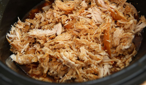 il pollo si sfilaccia facilmente con due forchette
