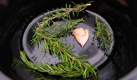 il rosmarino e l'aglio sul fondo della slow cooker