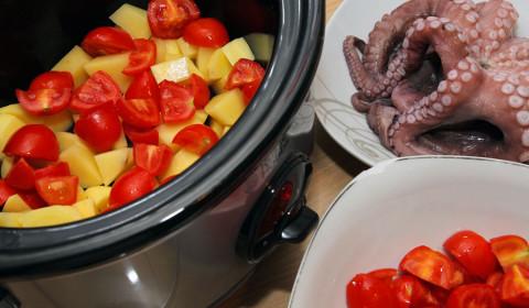 la base di patate e pomodori sul fondo della crockpot