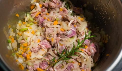 tutti gli ingredienti della Genovese disposti nella Slow Cooker