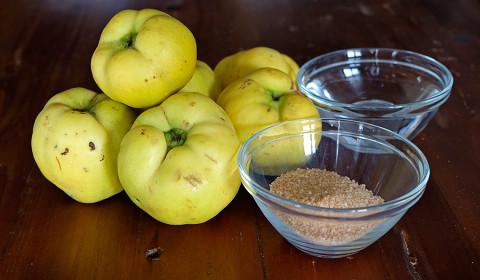 gli ingredienti per il sidro di mele cotogne