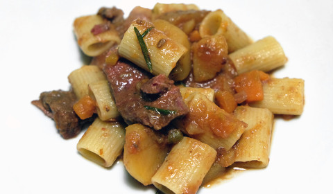 Un piatto di pasta con sugo di pecora in umido