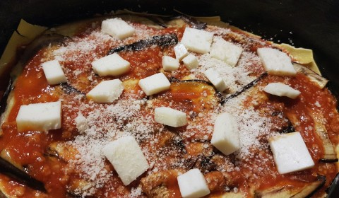 Comporre la lasagna mettendo nell'ordine: sfoglia – ragù – mozzarella – parmigiano – melanzane – ragù- mozzarella – parmigiano
