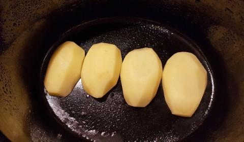 le patate adagiate sul fondo della Slow Cooker