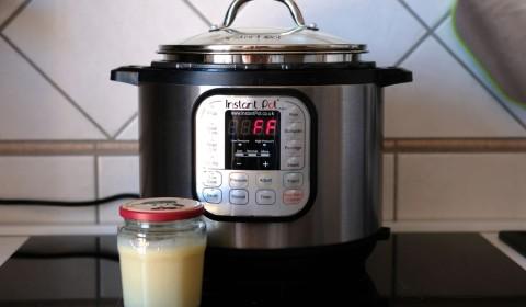 Il latte condensato trasferito in un barattolo