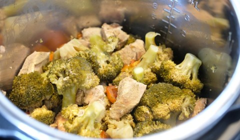 bocconcini di vitello con broccoli e pomodorini a fine cottura nella Slow Cooker