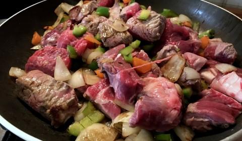 Far rosolare la carne su tutti i lati