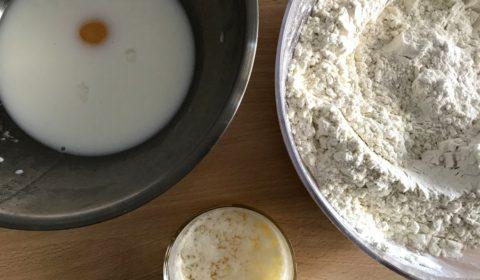 Gli ingredienti per l'impasto dei cinnamon rolls