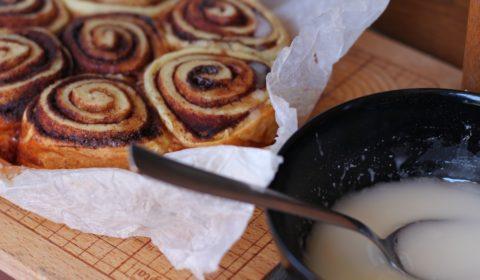I cinnamon rolls a fine cottura prima di essere guarniti con la glassa