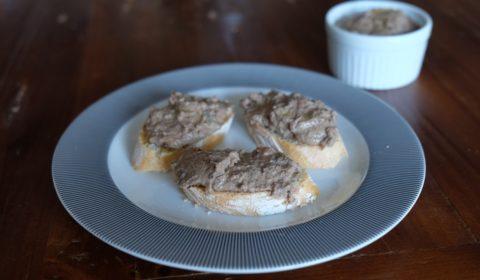 Il patè di agnello spalmato sul pane bruscato