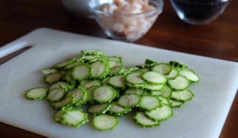 Le zucchine tagliate con uno spessore di un millimetro