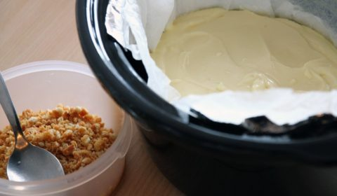 La crema del cheesecake versata nella pentola