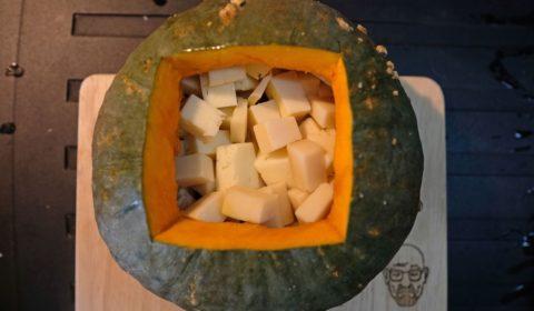 I formaggi da fonduta pronti da cuocere nella zucca