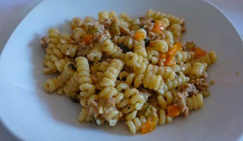 Un piatto di pasta condito con il ragù bianco