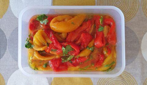 Peperoni cotti con la Slow Cooker conservati in una vaschetta